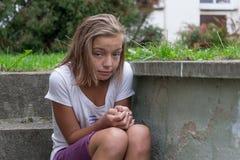 Trauriges missbrauchtes Kind draußen Stockfotografie
