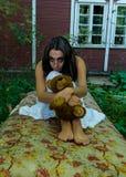 Trauriges obdachloses Mädchen mit Spielzeug Lizenzfreie Stockfotografie