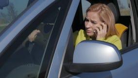 Trauriges reizend Geschäft womanin ein Auto ersucht um Handy Langsame Bewegung stock video footage