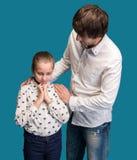 Trauriges schauendes Mädchen mit Vater Lizenzfreie Stockfotografie