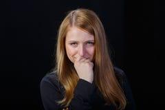 Trauriges Schreien des blonden Haares des jungen Mädchens Stockfoto