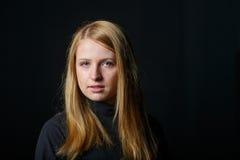 Trauriges Schreien des blonden Haares des jungen Mädchens Stockbilder