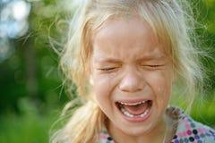 Trauriges Schreien des kleinen Mädchens Stockfotos