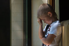 Trauriges Umkippenkind Stockfotografie