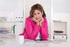 Trauriges und betontes Frauensitzen frustriert am Schreibtisch. lizenzfreie stockfotos