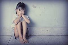 Trauriges und deprimiertes kleines Mädchen Lizenzfreies Stockbild