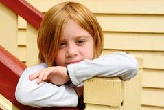 Trauriges und einsames junges blondes Mädchen Lizenzfreies Stockfoto