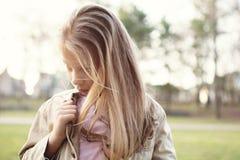 Trauriges und einsames kleines Mädchen stockbild