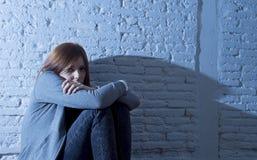 Trauriges und erschrockenes Schauen des Gefühls des Jugendlichmädchens oder der jungen Frau überwältigt und niedergedrückt Lizenzfreie Stockfotografie