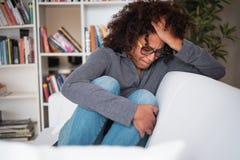 Trauriges und hoffnungsloses Mädchen, das allein nach Verhältnis-Auseinanderbrechen glaubt stockfotografie