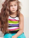 Trauriges unglückliches Porträt des kleinen Mädchens Kinder Stockbild