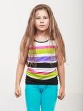 Trauriges unglückliches Porträt des kleinen Mädchens Kinder Stockbilder