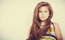 Trauriges unglückliches Porträt des kleinen Mädchens Kinder Lizenzfreies Stockbild