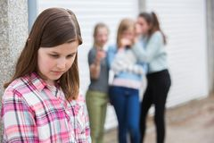 Trauriges vor jugendlich Mädchen, das sich heraus durch Freunde link fühlt stockbilder