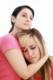 Traurigkeitsfrau in den Freundarmen Stockbilder