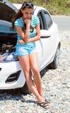 Traurigkeitsfrau ist stehendes nahes gebrochenes Auto lizenzfreie stockfotos