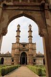 A través de la arcada a Jami Masjid Fotos de archivo