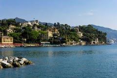 A través de la bahía en Oporto Santa Marcherita Ligure Italy fotografía de archivo