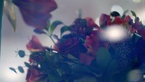 A través de la demostración-ventana de una floristería, usted puede ver muchas diversos flores y ramos almacen de video
