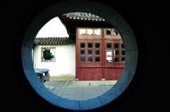 A través de la pared, vea fotos de archivo