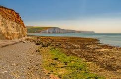 A través de la playa y de la bahía cubiertas de musgo a los siete acantilados de las hermanas, Sussex Imagen de archivo
