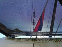 A través de la red del catamarán fotografía de archivo