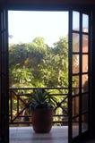 A través de la ventana abierta Imagen de archivo