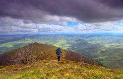 A través de las colinas y de las montañas Foto de archivo