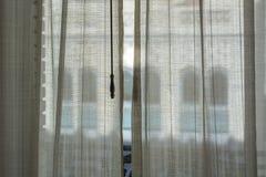 A través de las cortinas Fotografía de archivo
