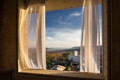A través de las cortinas blancas Imagen de archivo