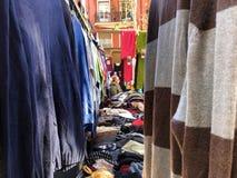 A través de los jerséis en mercado fotografía de archivo