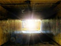 A través de un túnel en una luz brillante fotos de archivo libres de regalías