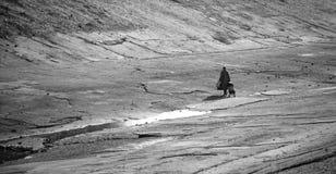 A través del canal de río fotografía de archivo