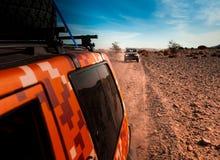 A través del desierto en un vehículo 4x4 Imagen de archivo libre de regalías