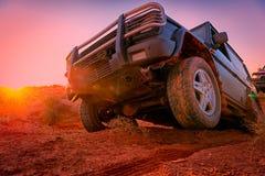 A través del desierto en un vehículo 4x4 Imágenes de archivo libres de regalías