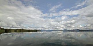 A través del lago en Thingvellir Fotos de archivo libres de regalías