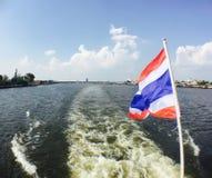 a través del río, bandera de Tailandia Fotografía de archivo libre de regalías