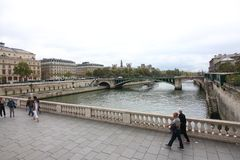 A través del río el Sena, París Francia foto de archivo libre de regalías