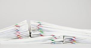 Trava överbelastningsskrivbordsarbete av kvittot på den vita bakgrundstidschackningsperioden lager videofilmer