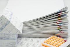 Trava överbelastningsskrivbordsarbete av rapporten med den färgrika paperclipen Royaltyfria Foton