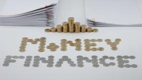 Trava överbelastningsskrivbordsarbete och kliva högen av tidschackningsperioden för guld- mynt stock video