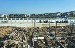 Trava arbete av den hem- grunden med bakgrund för trä-, betong- och utrustningkonstruktionsplats Begrepp för byggnadskonstruktion arkivfoto