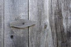 Trava de madeira em uma porta de madeira Imagens de Stock Royalty Free