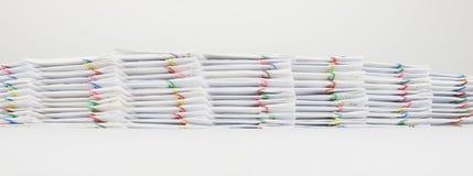 Trava dokumentet av kvittot och anmäla med den färgrika paperclipen Fotografering för Bildbyråer