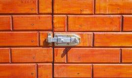 trava na porta de madeira imagem de stock