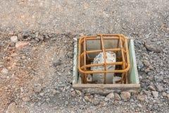 Trava och stålstång, innan att hälla betong för styrka i vikt royaltyfri fotografi