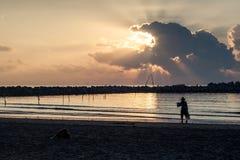 Travail à côté de la plage Images stock