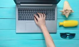 Travail à distance pour un ordinateur portable dans une station balnéaire Les mains femelles dactylographient le texte sur le cla Photos libres de droits