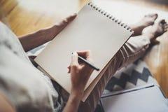 travail à domicile de concept Jeunes écriture de femme d'affaires et notes de prise tandis que détendez la séance dans la chaise  images stock