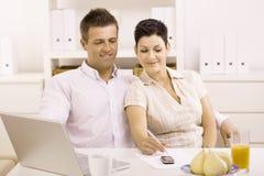 travail à domicile de couples Photo libre de droits